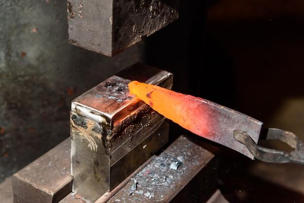 Forgeage du métal fondu. faire des couteaux. fabrication de produits métalliques.