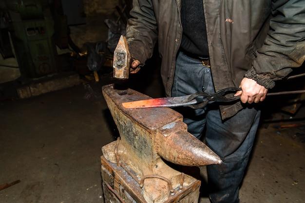 Forgeage du métal fondu. faire des couteaux.