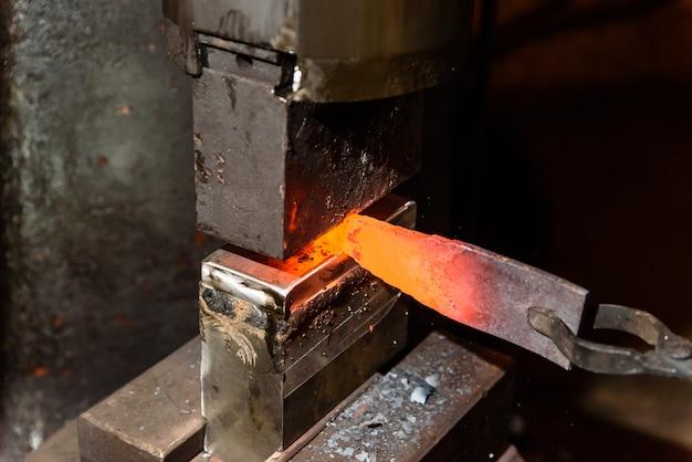 Forger du métal en fusion. fabrication de couteaux.