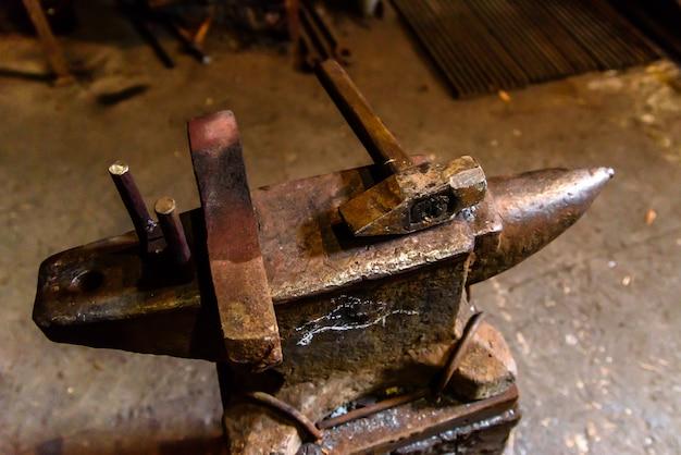 Forger du métal en fusion. faire des couteaux.
