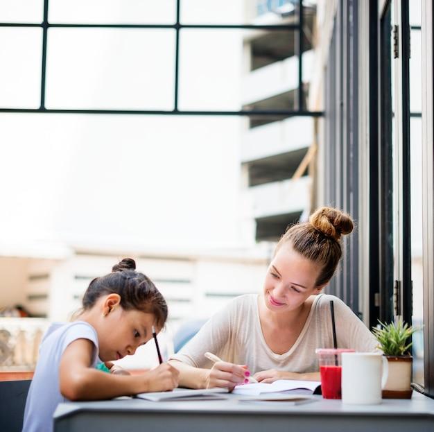 Formateur femme enseignant pratiquant l'éducation fille concept