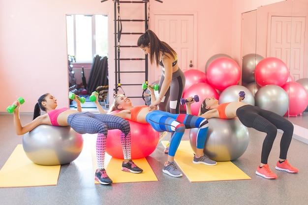 Formateur montrant comment faire l'exercice