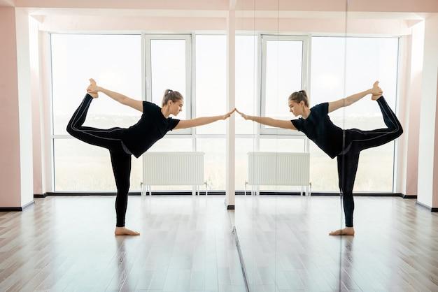 Formateur de yoga femme dans diverses postures (asanas) dans un studio. photo de haute qualité