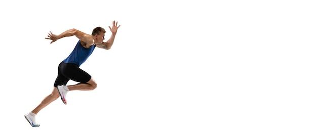 Formation d'athlète de coureur masculin professionnel de race blanche isolée sur fond de mur blanc pour l'annonce