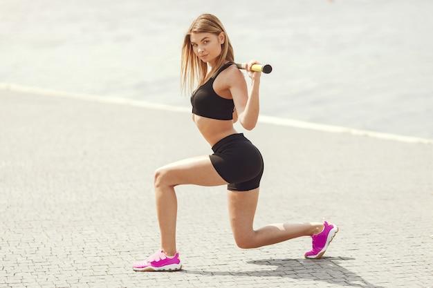 Formation de belle fille. fille de sport dans un vêtement de sport.
