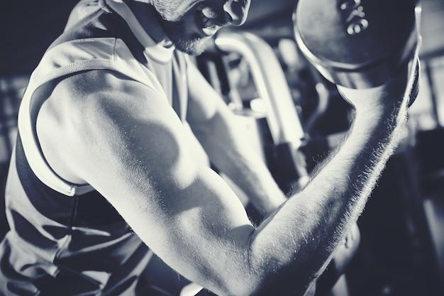 Formation bodybuilder avec haltère lourde