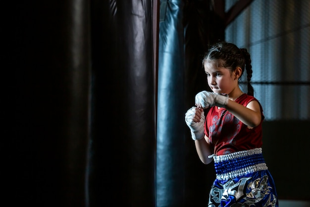 La formation de boxe thaïlandaise pour petites filles est un cours d'autodéfense, le muay thai.