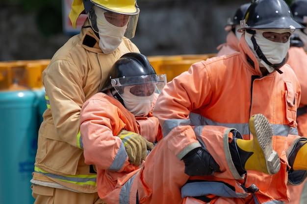 Formation en cas de catastrophe les agents des services d'urgence évacuent un «survivant» de la station-service