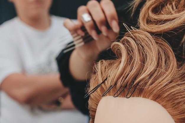 Formation à la coiffure sur un mannequin