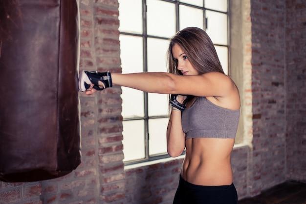 Formation de combattant femme au sac lourd
