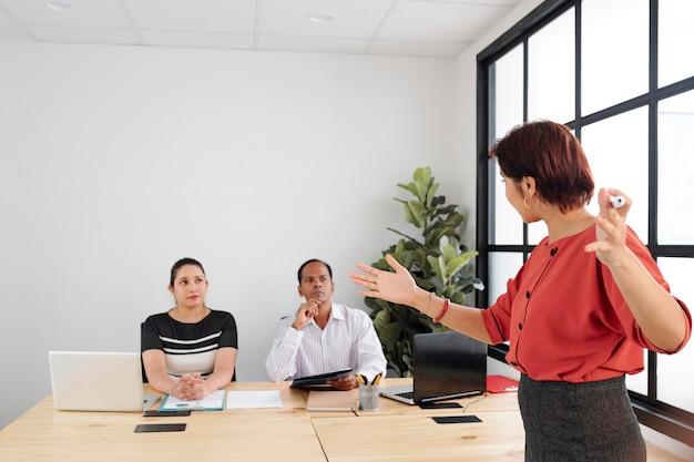 Formation commerciale au bureau moderne