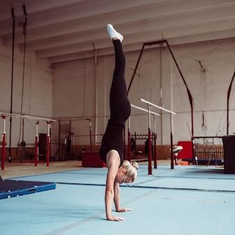 Formation de femme blonde sur le côté pour les jeux olympiques de gymnastique