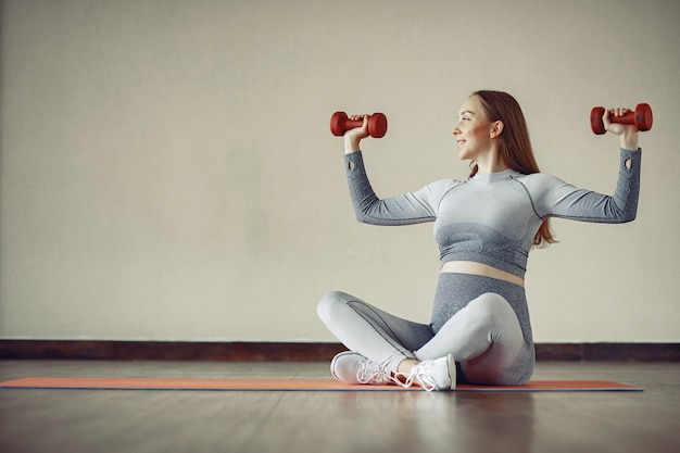 Formation de femme enceinte dans une salle de sport