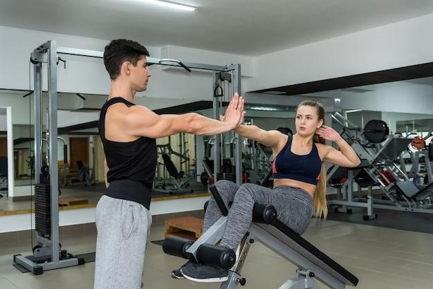 Formation de femme en salle de sport avec entraîneur personnel
