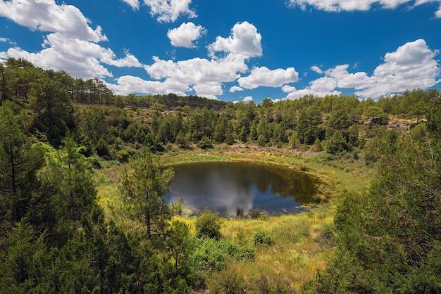 Formation géologique du lac rond dans la province de cuenca, castilla la mancha, espagne.