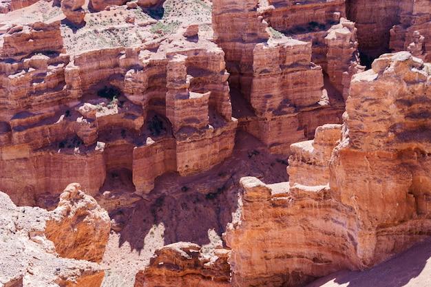 La formation géologique est composée d'une grosse pierre de sable rouge.