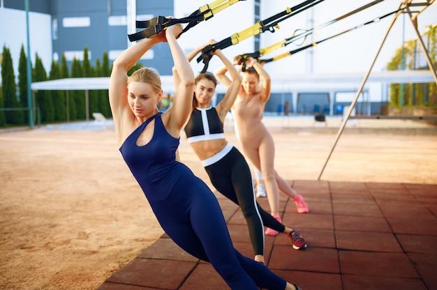 Formation de groupe de femmes sur un terrain de sport en plein air