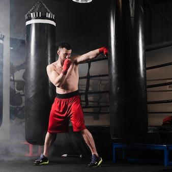 Formation de l'homme pour la compétition de boxe
