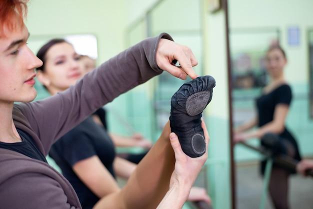 Formation de jeunes ballerines dans une grande salle lumineuse avec miroirs