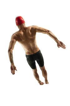 Formation de nageur professionnel caucasien isolé sur fond de studio blanc