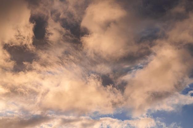 Formation de nuages blancs avec la lumière du coucher du soleil