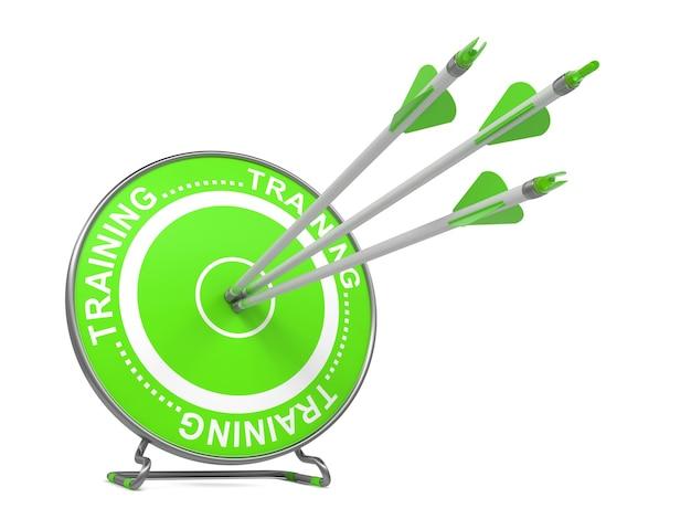 Formation - pédagogique. trois flèches frappant le centre d'une cible verte, où se trouve