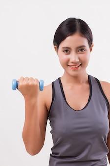 Formation de poids femme fitness sain avec haltère