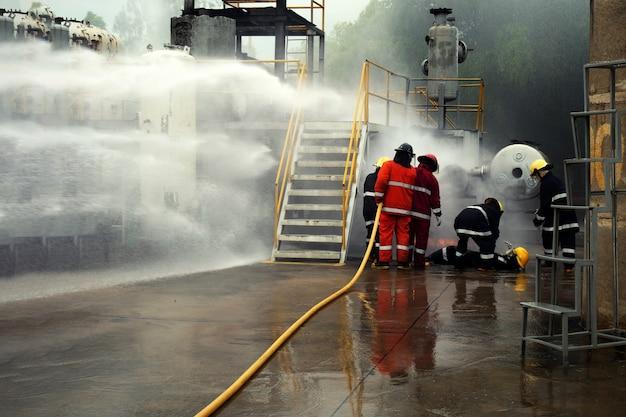 Formation de pompier en gros plan pulvérisez le rideau d'eau.
