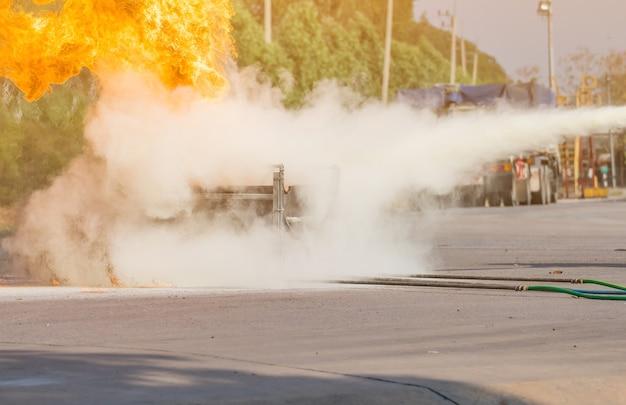 Formation des pompiers, les employés formation annuelle lutte contre les incendies avec gaz et flamme