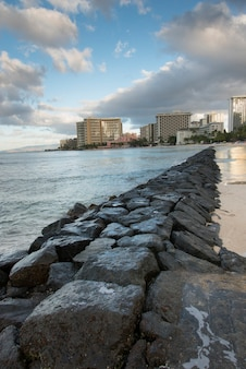 Formation rocheuse le long de la plage, waikiki, honolulu, oahu, hawaii, états-unis