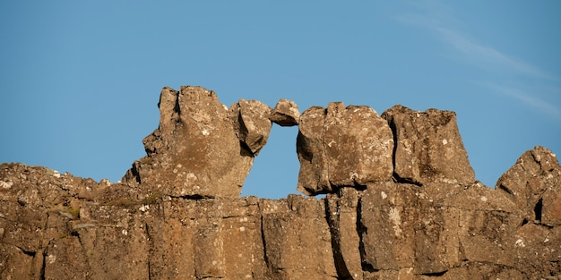 Formation rocheuse naturelle d'une fenêtre contre le ciel