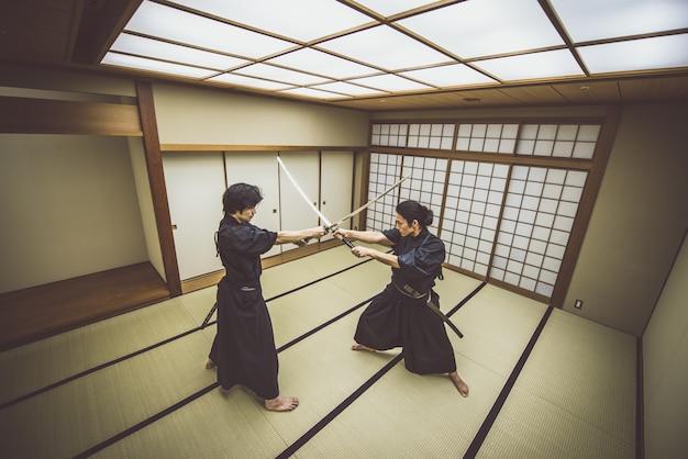 Formation de samouraïs dans un dojo traditionnel, à tokyo