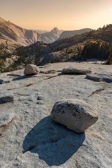Formation unique de roches sur la pointe olmsted dans le parc national de yosemite