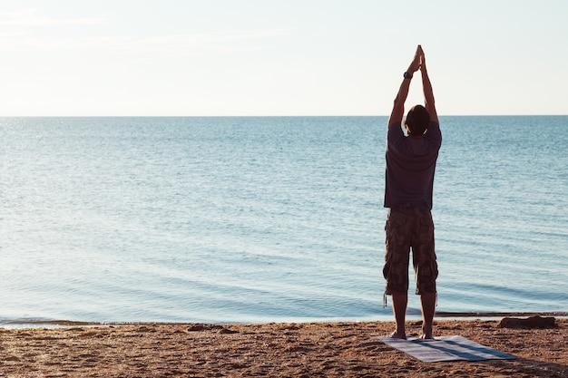 Formation de yoga. sport et fitness. mode de vie bien-être et entraînement régulier