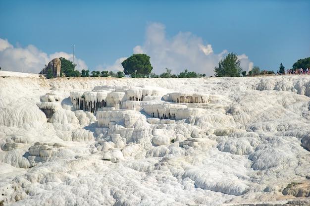 Formations carbonatées naturelles sur une montagne à pamukkale, turquie