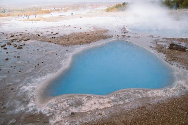 Formations géologiques avec des sources d'eau chaude thermale avec des sels minéraux