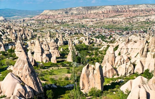 Formations rocheuses de cheminée de fée de la vallée de göreme en cappadoce, turquie