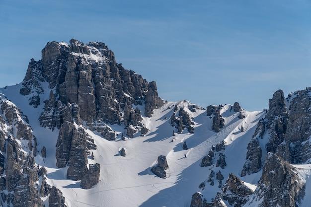 Formations rocheuses culminant dans la neige