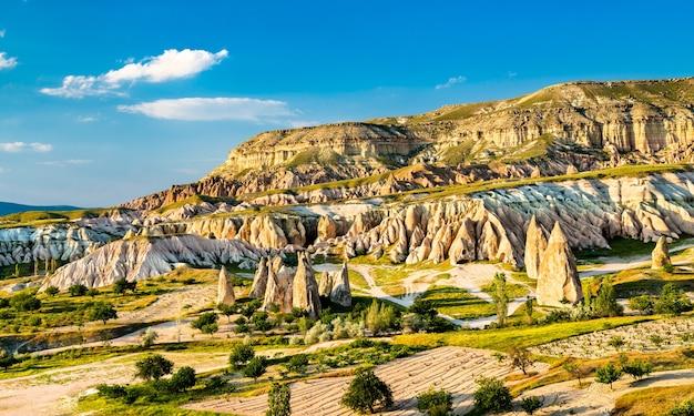 Formations rocheuses de rose valley au parc national de göreme. patrimoine mondial de l'unesco en cappadoce, turquie