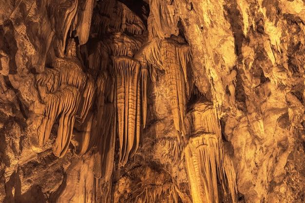 Formations de stalactites suspendues au plafond de la grotte dim à alanya, turquie.