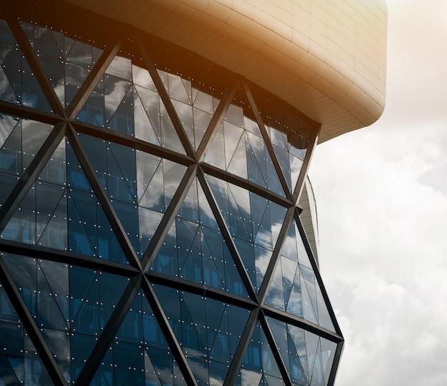 Forme abstraite d'un immeuble de bureaux moderne avec un rayon de soleil