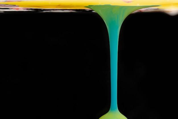 Forme acrylique abstraite dans l'eau