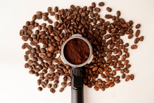 Forme d'arbre abstraite faite de grains de café