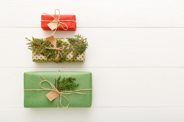 Forme d'arbre de noël créative faite de cadeaux de noël