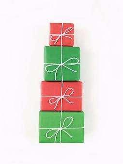 Forme d'arbre de noël à partir de coffrets cadeaux rouges et verts