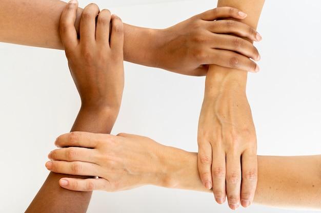 Forme carrée formée de mains