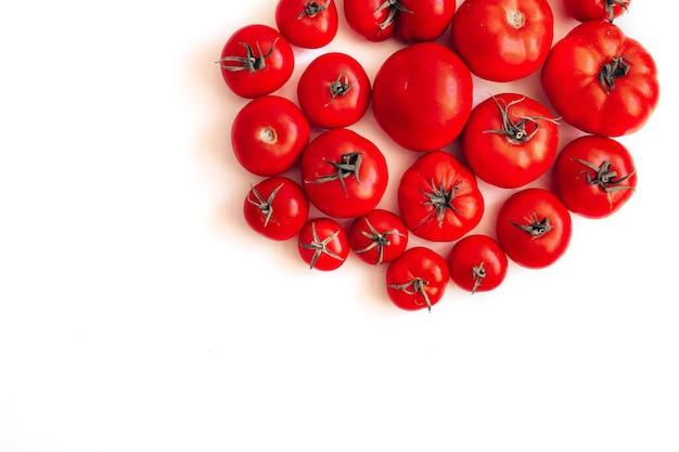 Forme de cercle de tomates fraîches sur blanc