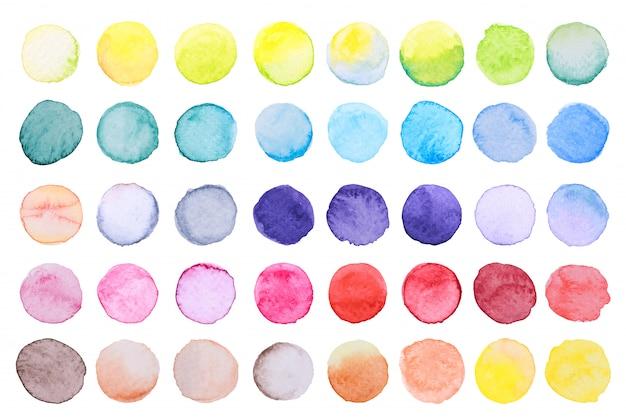 Forme de cercles de peinture au pinceau aquarelle avec une main dessinée dans le papier sur fond blanc