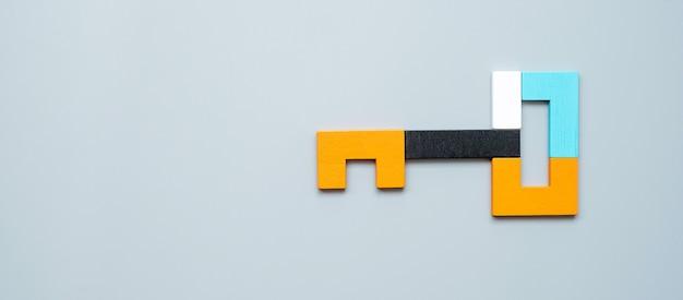 Forme clé de pièces de puzzle en bois coloré géométrique.