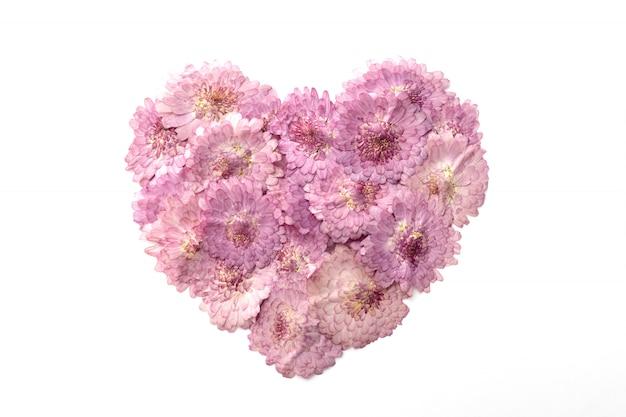 Forme de coeur abstrait de fleur rose isolé sur fond blanc.